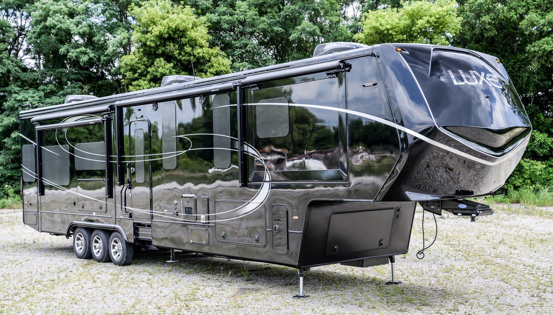 jetez un oeil ce camping car grand luxe compl tement fou croustipost. Black Bedroom Furniture Sets. Home Design Ideas