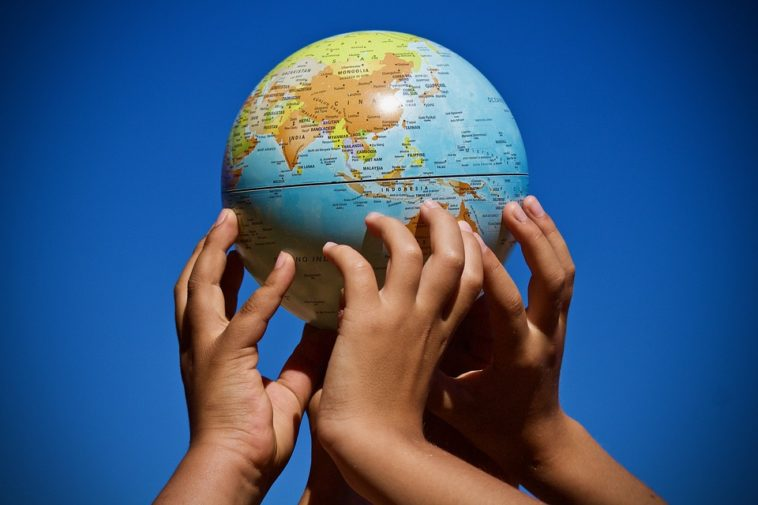 planète mains écologie